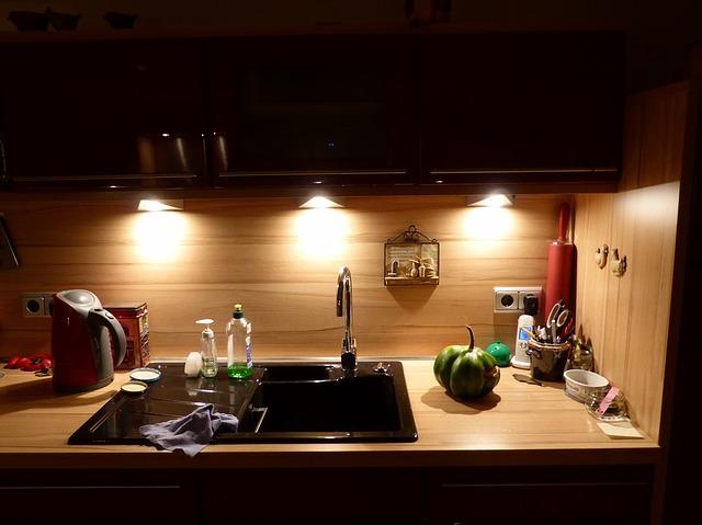 keramický dřez v kuchyni