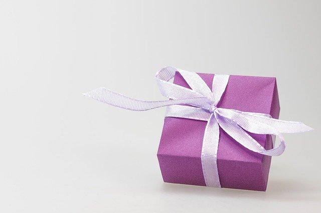 fialový dáreček