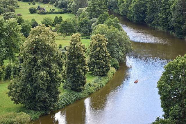 člun na řece.jpg