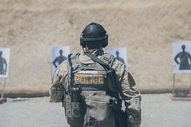 policista při střelbě