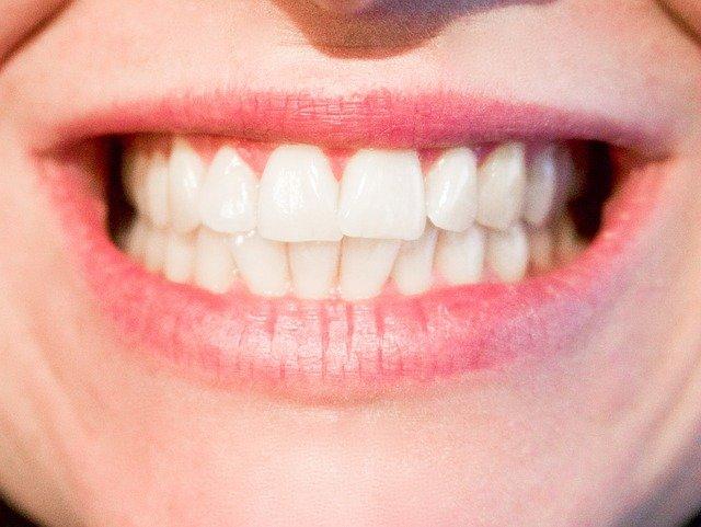 široký úsměv