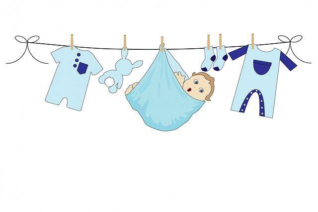 dítě mezi prádlem