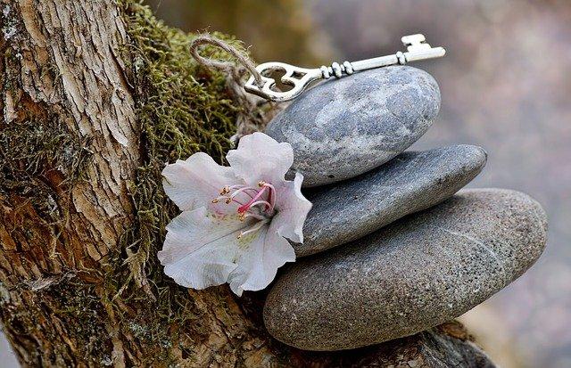 klíč na kamenech