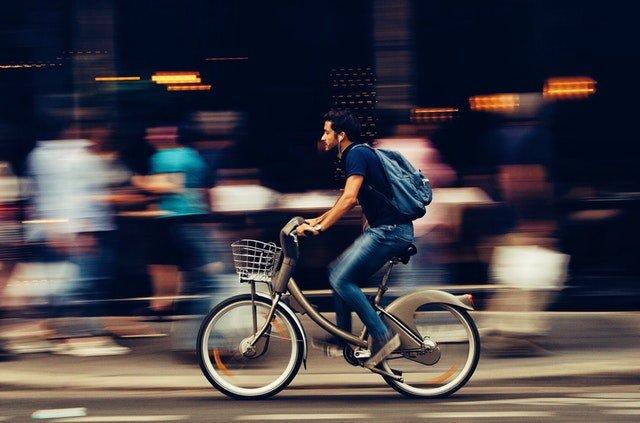 Muž jedoucí na kole