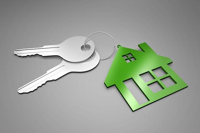 klíče s přívěskem domu