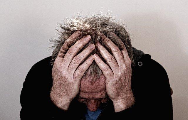 muž, který je zoufalý a drží se za hlavu
