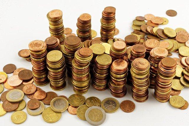 hromada drobných euromincí.jpg