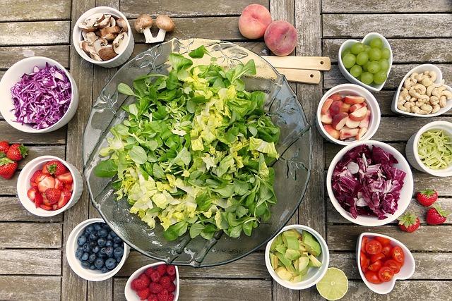 salát v míse a zelenina okolo