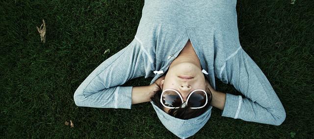 Osoba ležící v trávě
