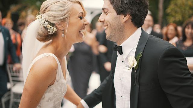 vysmátí novomanželé
