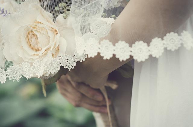 detail na bílou svatební květinu