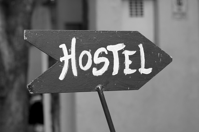 šipka s nápisem hostel