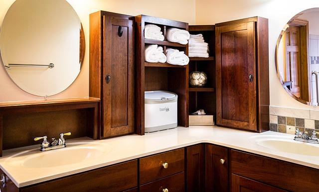 koupelna s dřevěnými skříňkami