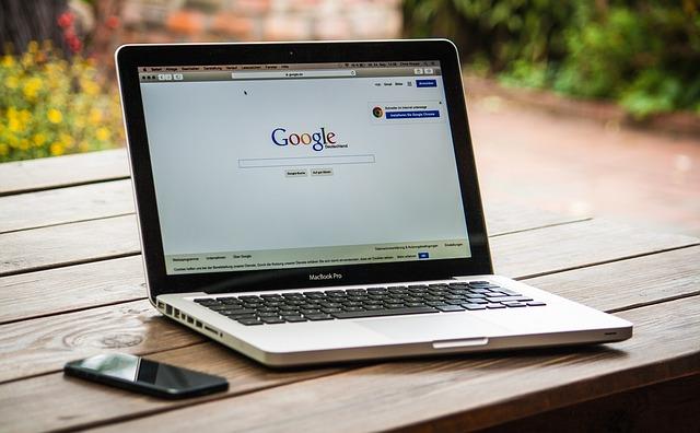 počítač s google vyhledávačem
