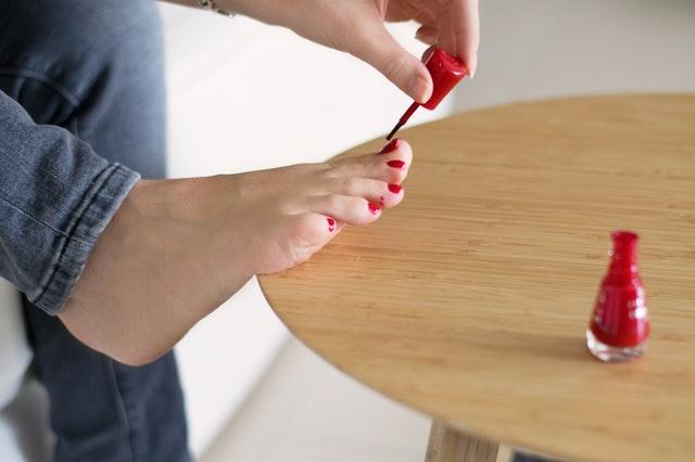 lakování nehtů na nohou