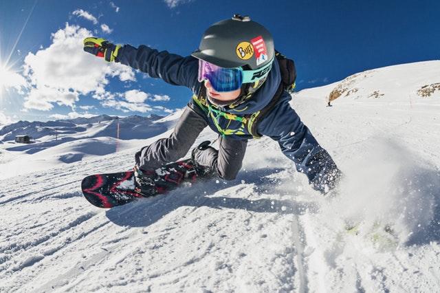 člověk na snowboardu v bundě