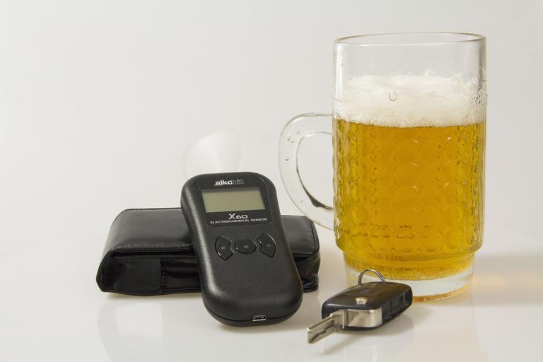 zodpovědný řidič se postará o odvoz – pivo + tester+ klíčky od auta
