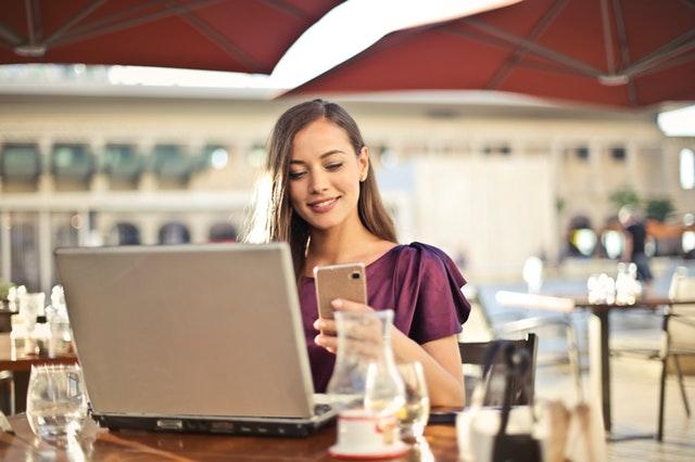 žena pracující na počítači