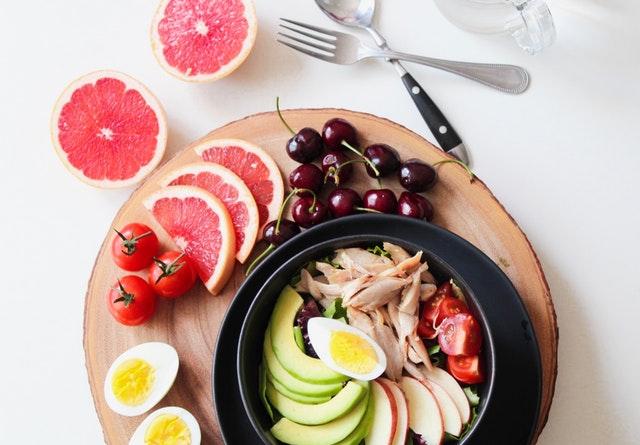 zdravé jídlo, grep, černý talíř