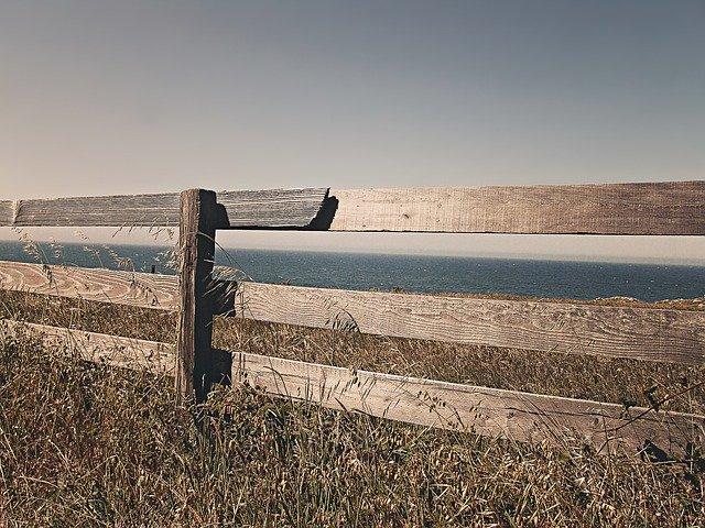jednoduchý dřevený plot