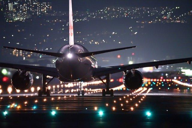 letadlo v noci na dráze