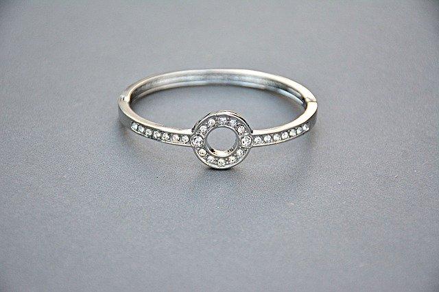 jednoduchý stříbrný prsten s kamínky