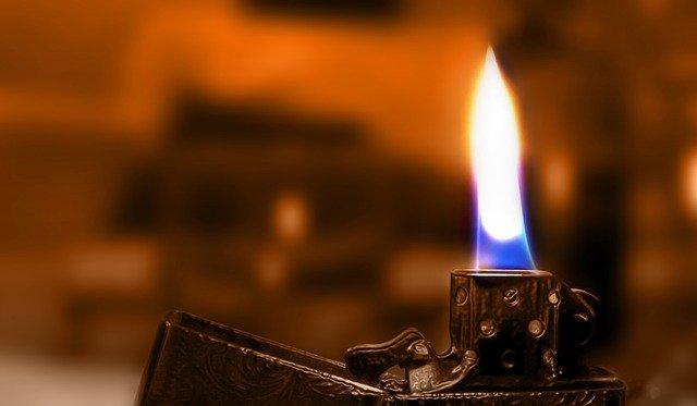 hořící zapalovač