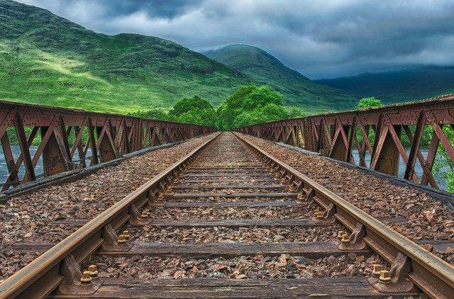 koleje na železničním mostě