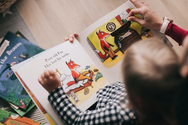 dítě si čte